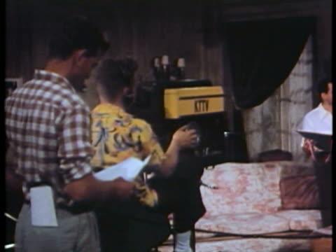 vidéos et rushes de ms pan cameraman taking scene at film shooting / usa. - tournage
