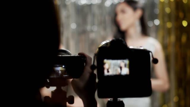vídeos y material grabado en eventos de stock de camerawoman trabajando en entretenimiento estudio video producción entrevista - entrevista grabación