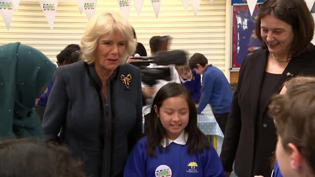 vidéos et rushes de camilla at barn croft primary school for commonwealth big lunch camilla helping children with origami paper folding / camilla watching children make... - origami