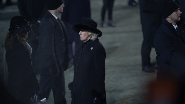 vidéos et rushes de camilla duchess of cornwall at the 75th anniversary of the liberation of auschwitz the laying of candles at the birkenau monument at auschwitz on... - ming