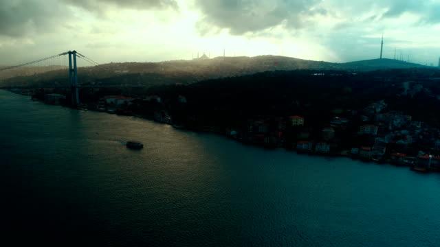 stockvideo's en b-roll-footage met camlica moskee en de bosporus-brug in istanbul - 15 juli martelaarsbrug