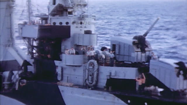 camouflaged us navy destroyer underway / iwo jima japan¬† - oceano pacifico video stock e b–roll