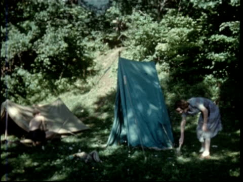 vidéos et rushes de camp by attersee, family putting up tents - camping