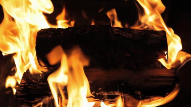 cu camp fire burning at night / mammoth lakes, california, usa - mammoth lakes video stock e b–roll