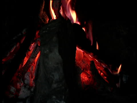 vídeos de stock, filmes e b-roll de camp fire burning inside cave - grotto cave