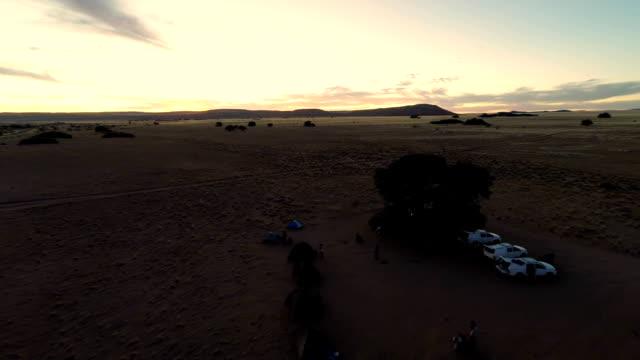 vídeos y material grabado en eventos de stock de heli camp en namibia savannah - área silvestre