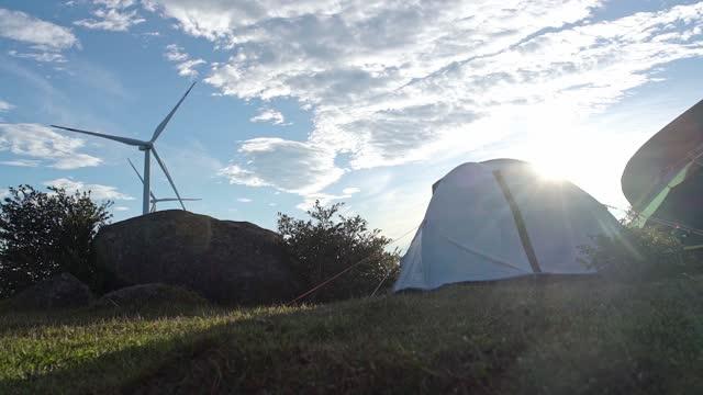 vídeos de stock e filmes b-roll de camp on the top of the mountain to watch the sunrise and wind power - cena não urbana