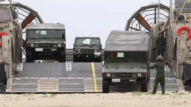 vídeos y material grabado en eventos de stock de camp pendleton calif. -- memebers of the japanese self defense force offload personnel and vehicles from the japanese ship huyga here may 31. dawn... - aerodeslizador