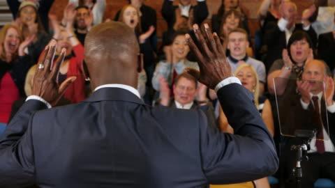 vidéos et rushes de 4k: rassemblement de campagne - prédicateur dans l'église - président public - politicien - politique