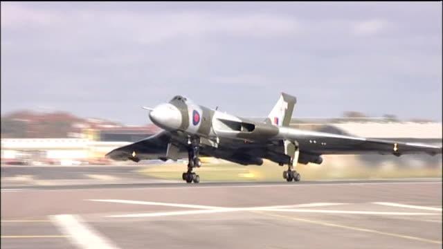vídeos de stock e filmes b-roll de campaign to save last vulcan bomber lib hampshire farnborough ext royal air force vulcan bomber taking off from runway vulcan bomber in flight - farnborough hampshire