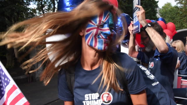 vídeos de stock e filmes b-roll de campaigner ulrika nisser poses for photographs as the 'stop trump' campaign bus takes to the road urging american expats across the uk to register... - bater com a cabeça