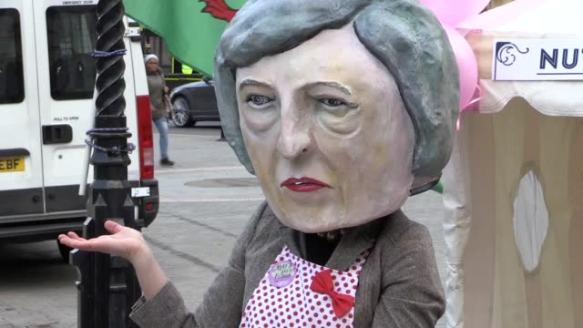 campaigners from avaaz stand outside the houses of parliament urging mps to vote down theresa may's proposed brexit deal with the european union... - toffee stock-videos und b-roll-filmmaterial