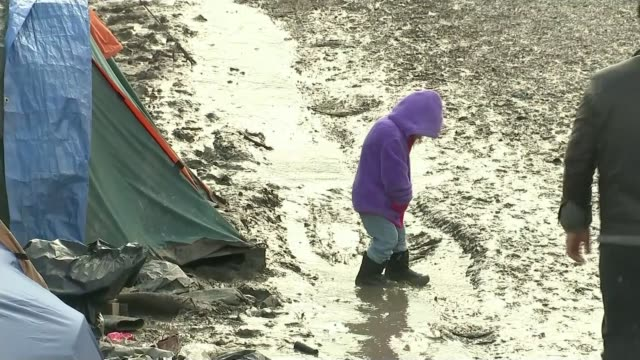 vídeos y material grabado en eventos de stock de campaigners lose high court challenge to government refugee policy; t04031610 - 4.3.2016 france: calais: young child with dummy along through mud at... - channel 4 news