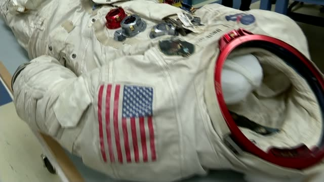 campain to preserve neil armstrong's space suit; usa: washington dc: us national air and space museum: int armstrong's space suit on display **lewis... - 宇宙服点の映像素材/bロール