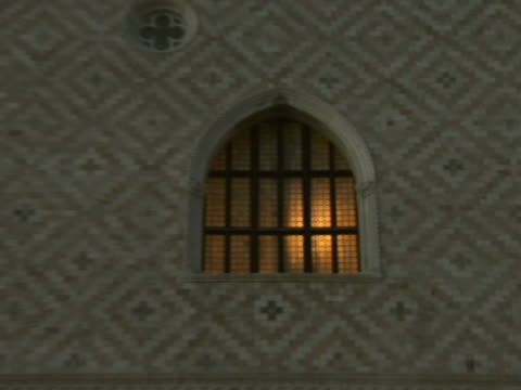 la cu zo pan ms campanile and doges palace window / venice, italy - palace video stock e b–roll