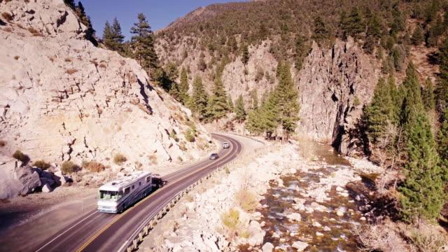 wohnwagen und autos klettern mountain highway - luftbild - amerikanische sierra nevada stock-videos und b-roll-filmmaterial
