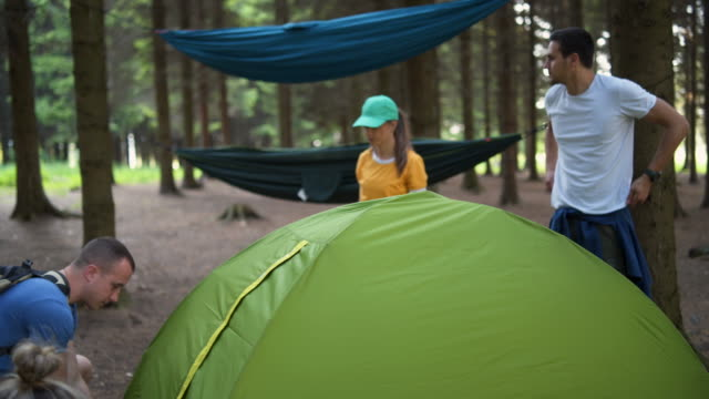 vídeos de stock e filmes b-roll de campers installing a tent - 20 24 anos