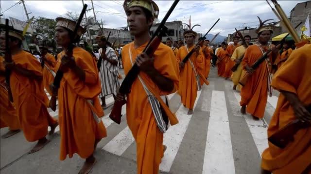 campesinos pobres y comunidades indigenas se quejan de la escasa ayuda del estado peruano a los comites de autodefensa encargados de resistir el... - shining path stock videos & royalty-free footage