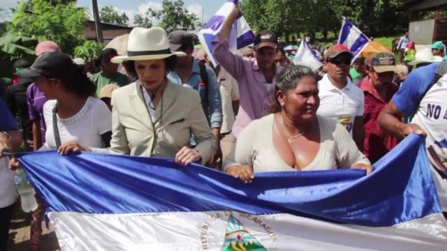 campesinos y ambientalistas sortearon obstaculos para congregarse el martes en una remota comunidad de nicaragua y protestar contra la construccion... - nicaragua video stock e b–roll