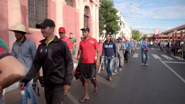 vídeos y material grabado en eventos de stock de campesinos y cooperativistas paraguayos salieron a las calles el jueves luego que la camara de diputados rechazo exonerarlos del impuesto al valor... - iva