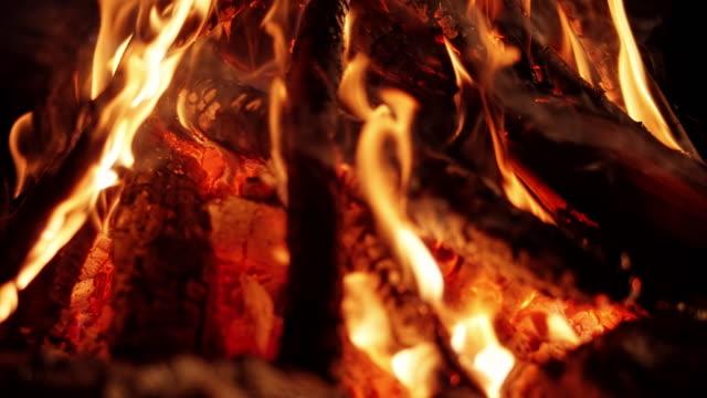 vidéos et rushes de slo mo campfire la nuit - en bois
