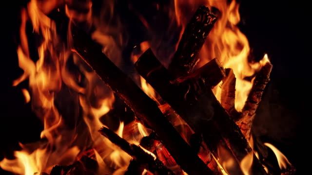 slo mo campfire burning at night - tilt up stock videos & royalty-free footage