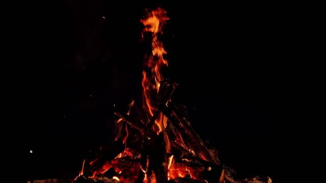 vidéos et rushes de slo mo ld feu de camp brûlant dans une nuit sombre - lenteur