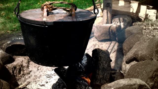 vídeos de stock, filmes e b-roll de culinária ao redor da fogueira - amish