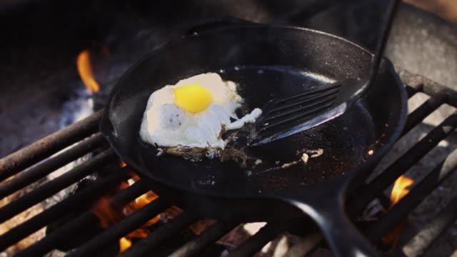 vídeos y material grabado en eventos de stock de huevo frito de fogata - huevos fritos de un solo lado