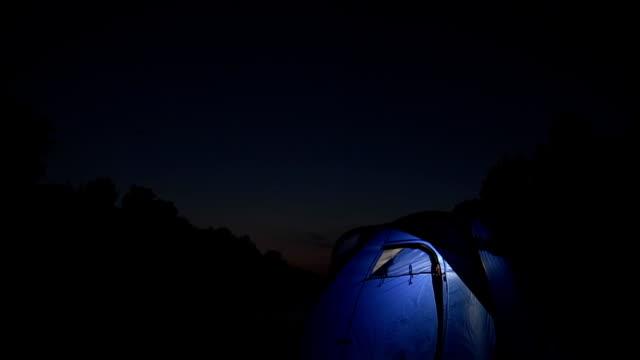 GRU HD: Fuoco di accampamento davanti A una tenda