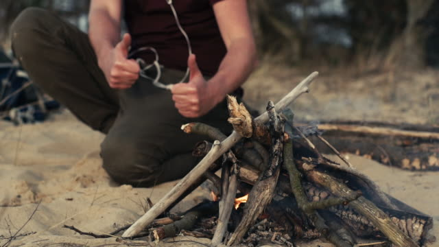 lagerfeuer am strand. herbstfahrt - überleben stock-videos und b-roll-filmmaterial
