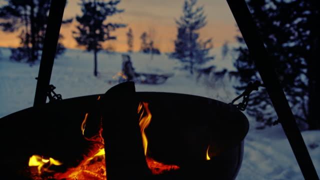 ノルウェーの国のどこかで slo mo キャンプファイヤー - アウトドア点の映像素材/bロール