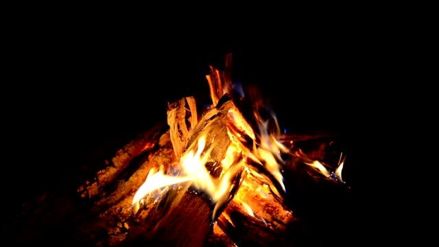 vídeos y material grabado en eventos de stock de hoguera - hoguera de campamento