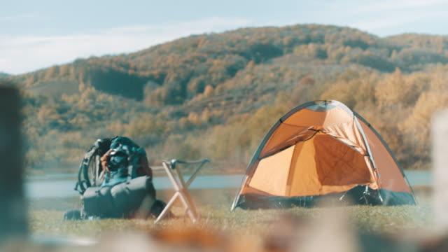 stockvideo's en b-roll-footage met kampvuur - tent