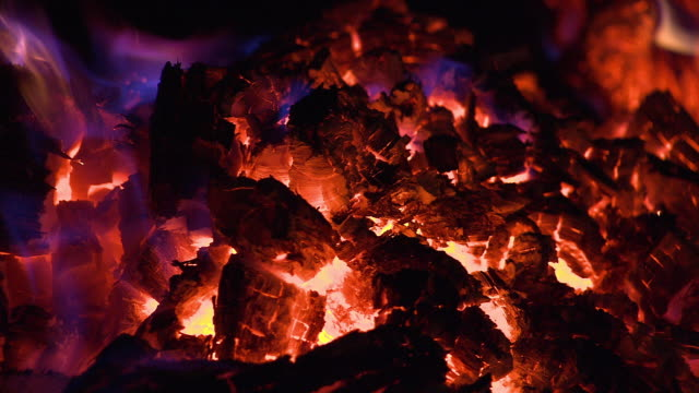 vidéos et rushes de ecu campfire with embers / cloncurry, queensland, australia - hot