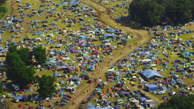vídeos de stock e filmes b-roll de camping ground at a music festival. green field and forest. aerial view - dia