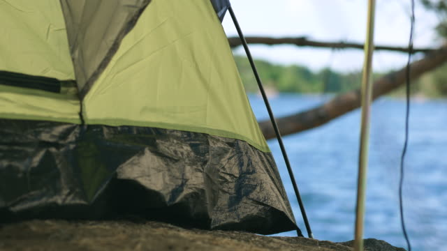 vidéos et rushes de camping dans une tente près d'un lac en suède - poteau d'appui