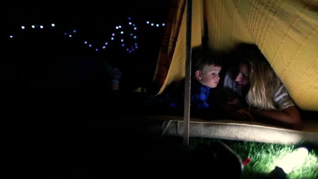 stockvideo's en b-roll-footage met kamperen in onze achtertuin - tent