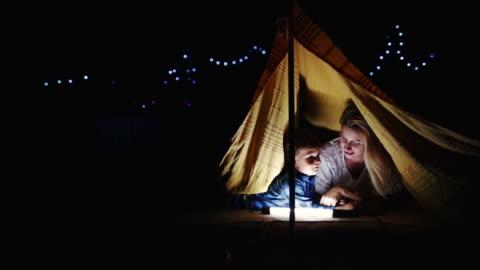 stockvideo's en b-roll-footage met kamperen in onze achtertuin - parent