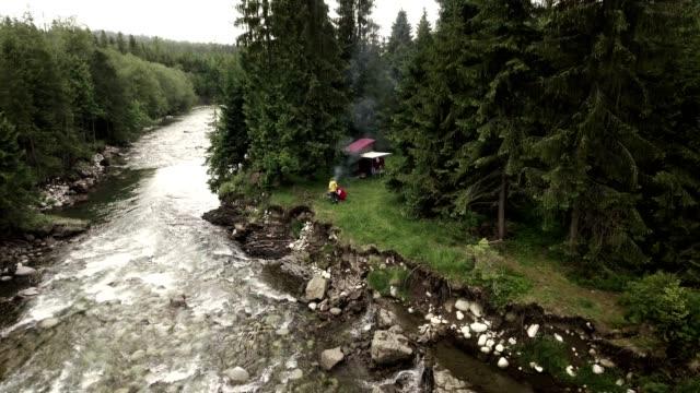 山でキャンプ。空中ビュー - 寝袋点の映像素材/bロール