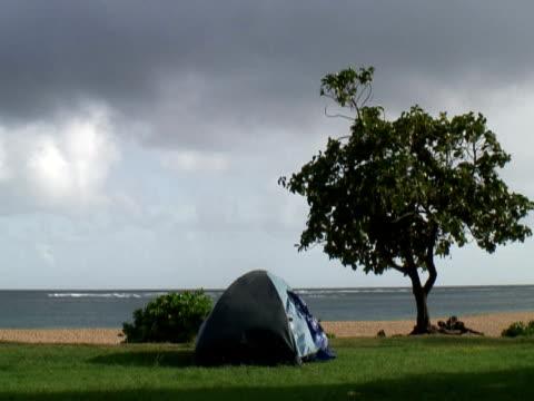 vidéos et rushes de camping dans le vent - tente