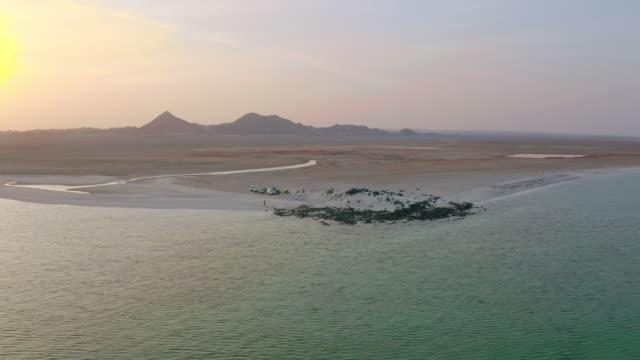 vídeos y material grabado en eventos de stock de aerial camping en una playa de la isla masirah - tienda de campaña