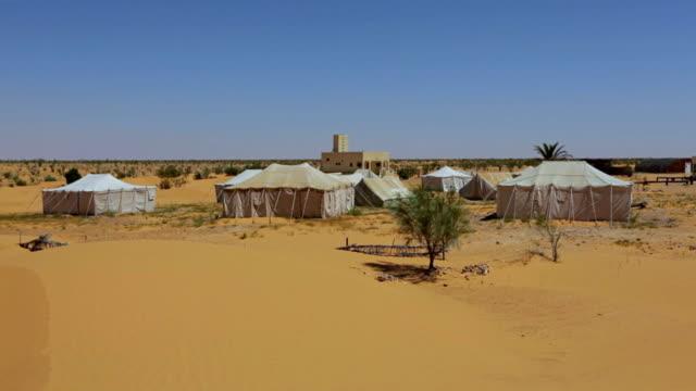 vídeos de stock e filmes b-roll de campismo em grande erg oriental/saara da tunísia - tenda estrutura feita pelo homem
