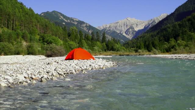 vídeos y material grabado en eventos de stock de campamento en las montañas del río alta definición (en bucle) - tienda de campaña