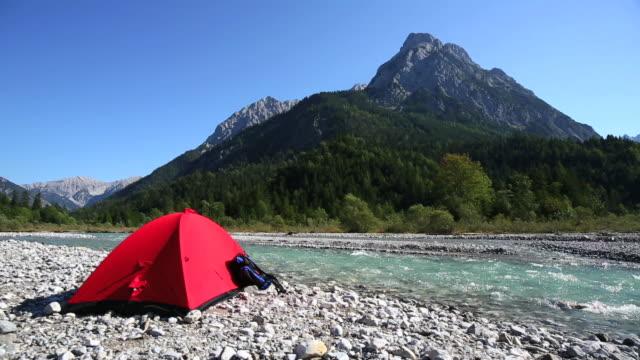 camping auf mountain river-pan - zelt stock-videos und b-roll-filmmaterial