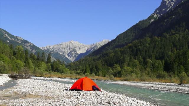 vídeos y material grabado en eventos de stock de campamento en las montañas del río de alta definición - tienda de campaña
