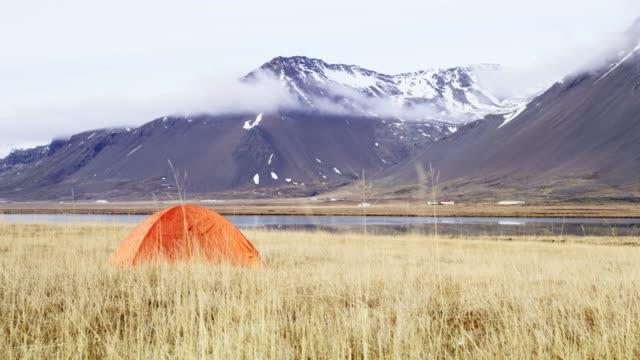 ws-camping-zelt in abgelegener berglandschaft, island - zelt stock-videos und b-roll-filmmaterial