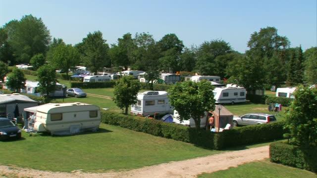 stockvideo's en b-roll-footage met camping with caravans - aanhangwagen
