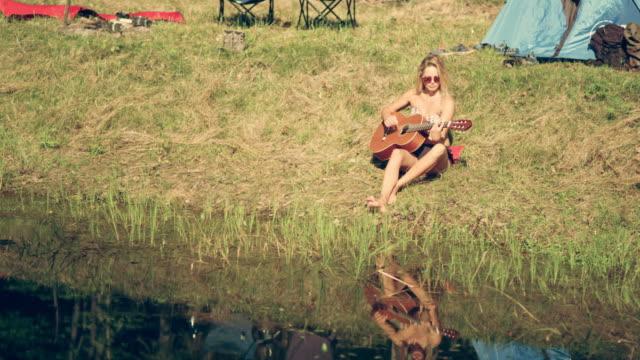 Camping. Frau mit Gitarre