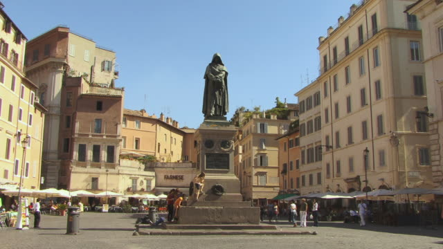 ws, campo dei fiori with statue of giordano bruno, rome, italy - priester stock-videos und b-roll-filmmaterial